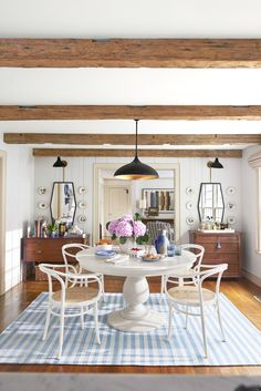 Gorgeous modern farmhouse dining room in Connecticut of Debbie Propst of One King's Lane - found on Hello Lovely Studio Mirrors Pendant light and sconces round dining table with brentwood table Dining Room Design, Dining Room Table, Table And Chairs, Nook Table, Kitchen Tables, Dining Rooms, Dining Chairs, Quinta Interior, Modern Farmhouse Interiors