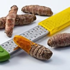 Turmeric is the culinary appellation for the root of the plant Curcuma longa. The root of Curcuma longa is used for several applications. A member of the ginger family, turmeric. Tumeric Root, Raw Turmeric, Turmeric Shots, Turmeric Juice, Turmeric Health, Turmeric Recipes, Turmeric Curcumin, Curcumin Benefits, Health Benefits