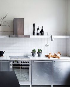 Nice 45 Modern Stainless Steel Kitchen Cabinet Design For Cozy Kitchen Ideas. Cozy Kitchen, New Kitchen, Kitchen Decor, Kitchen White, Minimal Kitchen, Scandinavian Kitchen, French Kitchen, Kitchen Counters, Awesome Kitchen