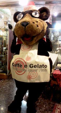 """Mascotte Orso Bruno realizzata per la gelateria """"Caffèegelato & co."""" a Potsdamerplatz , Berlino"""