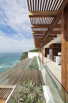 brise soleil, pare soleil toiture, grande maison près de la mer