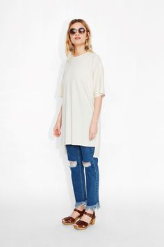//Monki  The 'everyone should have at least one' closet classic, completely versatile and effortlessly wearable: the textured, oversized tee!  colour: first snow In a size small the chest width is 116 cm and the length is 93 cm.The model is 167 cm and is wearing a size small.