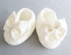 chaussons bébé de 3 mois pour baptême ou cérémonie de mariage ( livraison gratuite vers France métropolitaine ) : Mode Bébé par bebe-chou-by-estefan Slippers, Etsy, Crochet, Shoes, France, Fashion, Daughter, Business Chic, Baby Puffs