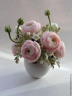 Купить или заказать Букет Beautiful. Ранункулюсы из полимерной глины. в интернет-магазине на Ярмарке Мастеров. Если близкому Вам человеку нравятся цветы ручной работы, а особенно ранункулюсы, подарите этот букет- положительные эмоции гарантированы.В букете нежно розовые ранункулюсы, стефанотис, ягоды санберри и сказочные резные листья цинерарии. Полностью ручная работа, без искусственной зелени. Букет закреплен в небольшом кувшинчике. Макросъемка.