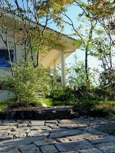 石畳のアプローチ Garden Planning, Landscape Architecture, Pergola, Sidewalk, Public, Exterior, Outdoor Structures, Green, Nature