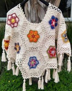 ideas for crochet poncho granny boho Crochet Cat Pattern, Crochet Poncho Patterns, Crochet Blouse, Crochet Scarves, Crochet Shawl, Crochet Clothes, Crochet Lace, Crochet Capas, Crochet Girls