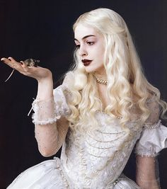 Anne Hathaway as the White Queen in Tim Burtons 2010 film version of Alice in Wonderland. Description from catdirtsez.blogspot.com. I searched for this on bing.com/images