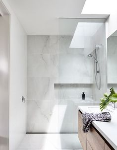 Home Renovation Ideas - Marble tile bathroom flooring ideas 31 Marble Look Tile, Marble Tile Bathroom, White Marble Bathrooms, Grey Marble Bathroom, Modern Bathroom, Amazing Bathrooms, Bathroom Flooring, Luxury Bathroom, Bathroom Design