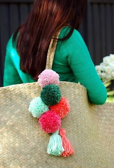 38 Pom Pom Crafts and DIYs DIY Crafts with Pom Poms – Pom Pom Tassel For Your Tote – Fun Yarn Pom Pom Crafts Ideas. Garlands, Rug and Hat Tutorials, Easy Pom Pom Projects for Your Room Decor and Gifts diyprojectsfortee… Pom Pom Crafts, Yarn Crafts, Do It Yourself Mode, Hat Tutorial, Tutorial Sewing, Pouch Tutorial, Sewing Tutorials, Crafts For Kids, Arts And Crafts