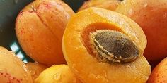 Abrikozenpitten Bevatten Giftig Cyaan, Giftig of een geneesmiddel? Toxic or a medicine? Translate present