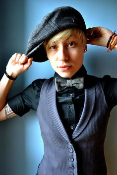 A dapper outfit. The paperboy hat and the bow tie are currently fashionable queer signifiers. Tomboy Chic, Tomboy Look, Butch Fashion, Queer Fashion, Tomboy Fashion, Androgynous Women, Androgynous Fashion, Androgynous Haircut, Casual