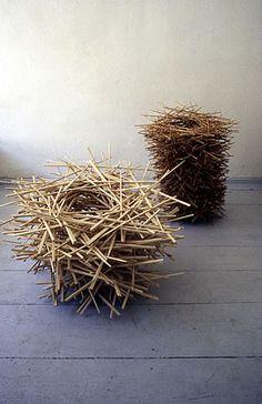 Christoph Leuner;  NESTERGRUPPE :::  duenne staebe ahorn- bzw. laerchenholz  saegerauh, lose gelegt und gesteckt
