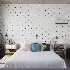 Que tal essa parede feita com a técnica de stencil... ♥ Veja mais em www.historiasdecasa.com.br #todacasatemumahistoria #parede #decor