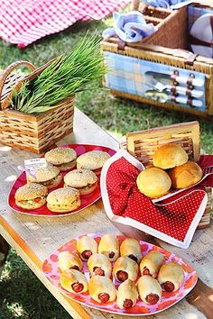 Mini-sandwiches for the picnic Picnic Theme, Picnic Birthday, Mini Sandwiches, Comida Picnic, Boite A Lunch, Romantic Picnics, Picnic Foods, Picnic Recipes, Tropical Party