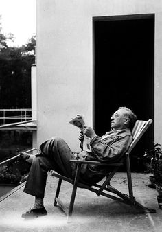 "bauhaus-movement: ""Wassily Kandinsky lounging at house kandinsky (bauhaus dessau masters house, designed by walter gropius) "" Wassily Kandinsky, Bauhaus, Famous Artists, Great Artists, People Reading, Franz Marc, Walter Gropius, Abstract Words, Space Architecture"