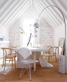 """Eine ausdrucksstarke Bogenlampe ersetzt die Tischleuchte  Stehleuchte """"Arco"""", ca. 1.700 Euro: www.flos.com Esstisch """"Isaac"""", ab ca. 6.100 Euro: www.e15.com Bugholzstuhl """"209"""", ca. 820 Euro: www.thonet.de Stühle """"Panton Chair"""", ca. 215 Euro """"Eames Wire Chair"""", ab ca. 574 Euro: beides www.vitra.com"""