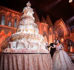 Tasty Ice Cream Ideas To Spoil Your Wedding Guests Huge Wedding Cakes, Castle Wedding Cake, Extravagant Wedding Cakes, Blush Wedding Cakes, Luxury Wedding Cake, Beautiful Wedding Cakes, Beautiful Cakes, Amazing Cakes, Big Cakes