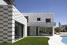 "Named after the ""warning call shouted by construction workers before exploding the rock mountain in Jerusalem"", the textured Barud House appears as a woven residential construction pierced by large windows exploring the surrounding views. Smart Home Design, Small House Design, Home Design Plans, Home Interior Design, Interesting Buildings, Amazing Buildings, Residential Construction, House On The Rock, House Windows"