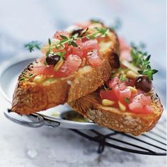 Here is an easy recipe to prepare tuna tartines with black olives. A great dish to start the meal. Tartine Recipe, Tapas, Gourmet Recipes, Healthy Recipes, Bruchetta, Easy Cooking, I Love Food, Summer Recipes, Finger Foods