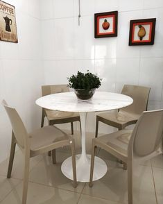 Saarinen redonda de 90 cm com tampo de mármore Espirito Santo e base reforçada d alumínio fundido e pintura automotiva. Dining Table, Mary, Furniture, Home Decor, Round Dining, Marble Top, Round Glass, Auto Paint, Window Table