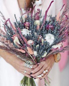 Ideas for garden flower arrangements lavender Dried Flower Bouquet, Diy Bouquet, Dried Flowers, Floral Bouquets, Wedding Bouquets, Wedding Flowers, Purple Wedding, Diy Wedding, Trendy Wedding