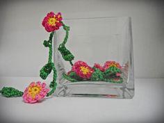 Häkelblumen in einem Teelicht-Behälter machen sich nett als Deko. Ganz ohne Wasser!