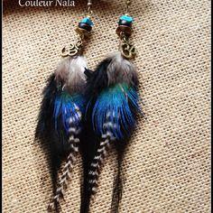 Boucles d'oreilles ethniques, plumes paon et coq grizzly, noir blanc et turquoise, om