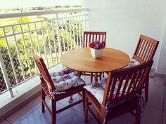 Diferenciada mesa redonda modelo Eames Eiffel com tampo de madeira... Exclusividade DecoCasa!!! Outdoor Furniture Sets, Outdoor Decor, Dining Chairs, Home Decor, Outdoor Furniture, Home Furnishings, Chairs, Decorating Ideas, Model
