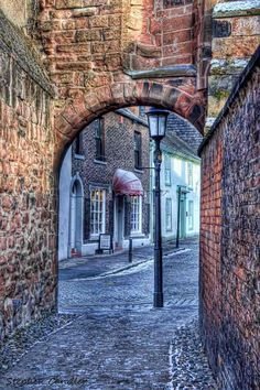 Archway to Abbey Street near de Cathedral, Caldewgate, Carlisle_ England
