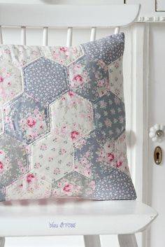Floral Patchwork Quilts - Ideas on Foter Hexagon Patchwork, Patchwork Cushion, Crazy Patchwork, Quilted Pillow, Cushion Fabric, Patchwork Ideas, Colchas Quilting, Quilting Designs, Hexagon Quilting