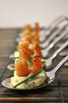 Spoons of caramelized shrimps on a curry egg cream – Manue's popotte. More seafood recipes on www. Party Finger Foods, Snacks Für Party, Appetizers For Party, Appetizer Recipes, Seafood Recipes, Cooking Recipes, Healthy Recipes, Catering Recipes, Catering Ideas