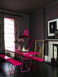 Nesta sala multiuso, que pode ser home office ou sala de jantar, a designer de interiores apostou em um bem-humorado contraste de cores e de épocas