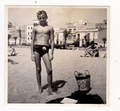 Am strand zog man damals noch ganz normale Badehosen an und keine knielangen Hosen, die wir damals als Zurkuszelte bestimmt verspottet hätten.