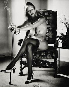 """Helmut Newton (nascido Helmut Neustädter ; 31 de outubro de 1920 - 23 de janeiro 2004) foi um fotógrafo alemão -australiano . Ele foi um """" prolífico, fotógrafo de moda amplamente imitado cujas fotos provocativas, carregadas de erotismo em preto -e-branco foram um dos pilares da Vogue e outras publicações. """" http://sergiozeiger.tumblr.com/post/84068070041/helmut-newton-nascido-helmut-neustadter-31-de"""