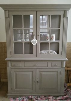 Kast gedaan in Annie Sloan French Linen door Tatjana French Furniture, Refurbished Furniture, Paint Furniture, Repurposed Furniture, Furniture Makeover, Vintage Furniture, Furniture Ideas, Annie Sloan Chalk Paint French Linen, Painting Plastic Chairs