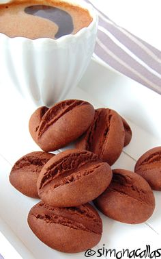 Fursecuri boabe de cafea buscuiti cacao ciocolata 4 Cookie Recipes, Dessert Recipes, Good Food, Yummy Food, Galletas Cookies, Romanian Food, Just Desserts, Sweet Treats, Food And Drink