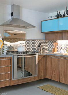 Cozinha com ladrilho hidráulico, armário azul turquesa e madeirado. #cozinhamoderna #ladrilhohidráulico #homedecor #decoração #interiordesign #tiles #cozinhaplanejada
