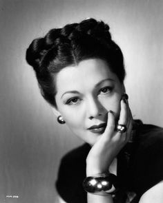 Vintage Hairstyles Curls Such an elegant hairdo! I remember my step grandmother always wore her hair like this. 1950s Hairstyles, Curled Hairstyles, Vintage Hairstyles, Prom Hairstyles, Historical Hairstyles, Retro Updo, Estilo Pin Up, Ear Hair Trimmer, Glamour Beauty