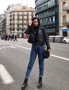 Outfit Jeans, Jean Jacket Outfits, Leather Jacket Outfits, Leather Jackets, Black Leather Jacket Outfit, Jean Jackets, Black Mom Jeans Outfit, All Black Outfit Casual, Biker Jacket Outfit