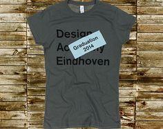 Design Academy T-shirtGildan 6400 T-shirt met een zwarte waterinkt opdruk en daar een lapje met tekst op gestikt.