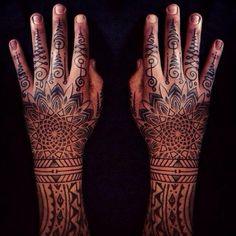 Tattoo Zeichen Finger und Handrücken