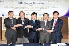 안동시(시장 권영세)가 4월 16일 대구EXCO에서 열리는 2015 세계물포럼에 직접 참여해 가장 핵심적인 과정인 '주별과정세션'을 주재하는 가운데 안동시 물 교육사업 성과를 공표하고 국내․외 기관과 협약을 체결했다.(2015. 4. 16.)