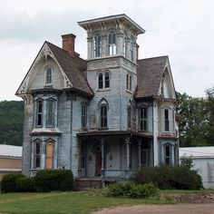 New Ideas House Sketch Abandoned Abandoned Mansion For Sale, Old Abandoned Buildings, Old Buildings, Abandoned Places, Creepy Houses, Spooky House, Haunted Houses, Old Mansions, Abandoned Mansions