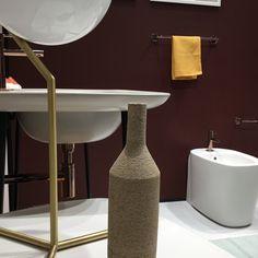 Farben sind die einfachste und schnellste Art und Weise, einer Immobilie und ihren Räumen einen einzigartigen Charakter zu verleihen aber vielleicht auch die schwierigste, wenn es um das Ausarbeiten eines für den Kunden und die Innenarchitektur passenden Farb-, Material- und Oberflächenkonzeptes geht.  Boris Bandyopadhyay // www.bandyopadhyay.de  Farbkonzepte für die Badgestaltung.. Colorful Interior Design, Pavilion Architecture, Designer, Web Design, Things To Come, Lighting, Material, Surface, Rooms