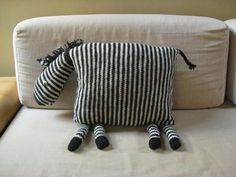 Ridiculously cute zebra knit pillow, sew it with striped fabric instead (Diy Pillows Cushion) Knitting Projects, Knitting Patterns, Sewing Projects, Bear Patterns, Knitting Tutorials, Loom Knitting, Doll Patterns, Free Knitting, Plushies