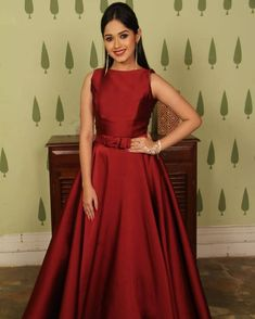 ideas how to wear makeup rocks for 2019 Frock For Teens, Gowns For Girls, Nice Dresses, Casual Dresses, Fashion Dresses, Long Gown Design, Indian Gowns Dresses, Indian Attire, Indian Designer Wear