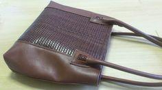 Design by Simonne: Bruine schoudertas in leder gecombineerd met gevlo...