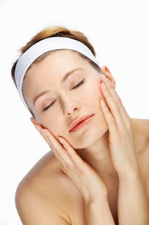 Women want their face to look clear and beautiful and the best and easy possible way to do that is to get a facial massage. It is healthy for face skin. Beauty Tips For Girls, Health And Beauty Tips, Face Skin, Face And Body, Makeup Tips In Urdu, Wen Hair Care, Remedies For Glowing Skin, Natural Remedies, Pimples On Face