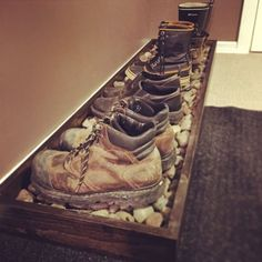 This might be a cool idea for in the house. Especially for work boots and dirty … - Flur ideen, organization ideas diy shoes This might be a cool idea for in the house. Especially for work boots and dirty … - Flur idee. Wooden Pallet Projects, Wooden Pallets, Pallet Ideas, Pallet Mudroom Ideas, Wooden Pallet Furniture, Diy Shoe Rack, Shoe Racks, Shoe Rack For Porch, Shoe Rack For Boots