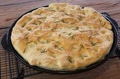 Eine leckere Beilage zum Salat oder Gegrilltem ist die Rosmarin-Focaccia. Rezept für den Thermomix und rockcrok Grillstein.